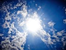 Wolken des blauen Himmels mit Sonne Lizenzfreies Stockfoto