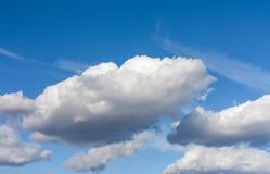 Wolken 2 des blauen Himmels und des Weiß Lizenzfreie Stockfotos