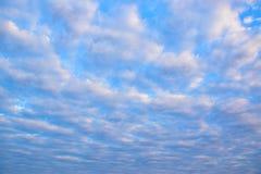 Wolken des blauen Himmels und des Weiß 171216 0001 Stockfotos