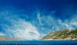Wolken des blauen Himmels und wundervolles Meer. stockbild