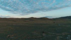 Wolken des frühen Morgens über einem breiten Feld schuß Schöne Morgen-Landschaft stock footage