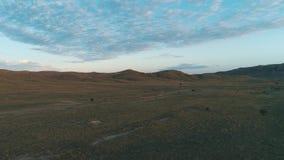 Wolken des frühen Morgens über einem breiten Feld schuß Schöne Morgen-Landschaft stock video footage