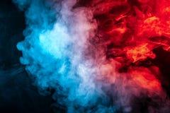 Wolken des lokalisierten farbigen Rauches: blau, rot, Orange, rosa; In einer Liste verzeichnen auf einem schwarzen Hintergrund in stockbild