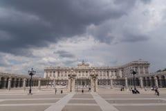 Wolken des starken Regens über Royal Palace, Madrid, Spanien lizenzfreie stockfotos