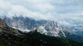 Wolken, die über Berge fliegen stock video footage