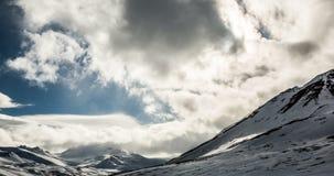 Wolken, die über Bergen in der Arktis rollen stock footage