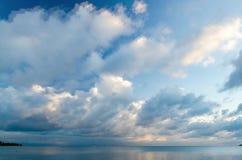 Wolken, die über das Ozean timelapse sich bewegen stock video footage