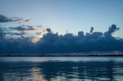 Wolken, die über das Ozean timelapse sich bewegen stock footage