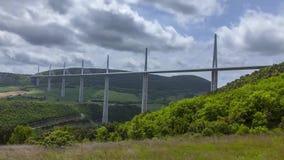 Wolken, die über das Viaduc Millau überschreiten stock video