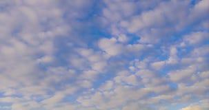 Wolken, die über dem Himmel von Tag zu Dämmerung, 4k Zeitspanne rollen stock video