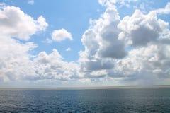 Wolken, die über dem Meer hängen stockbild
