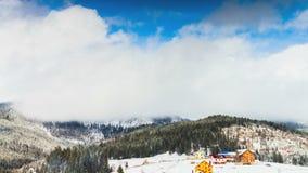 Wolken, die über die Spitze des Berges sich bewegen Stockfotos