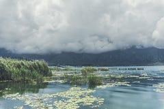 Wolken, die über einen Hügel zum Batur See auf Bali-Insel, Indonesien laufen Stockfotografie