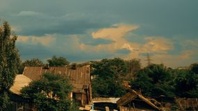 Wolken, die über Himmel und alte Holzhäuser laufen stock video footage