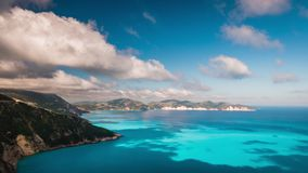 Wolken, die über malerische felsige Küstenlinie auf Kefalonia-Insel fließen Überraschende Gesamtlänge mit cloudscape und Schatten stock footage