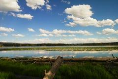 Wolken, die über Riddle See sich reflektieren stockbilder