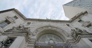 Wolken, die über die Spitze von Waterloo-Station London sich bewegen stock video