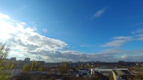 Wolken, die über die Stadt sich bewegen stock footage