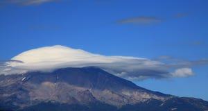 Wolken, die Berg Shasta bedecken stockbild
