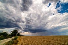 Wolken die boven landelijke gebieden overgaan stock foto