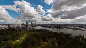 Wolken die boven Moderne Stad drijven stock footage