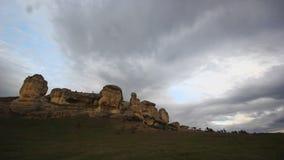 Wolken die boven steenrotsen lopen stock videobeelden