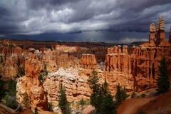 Wolken, die in bryce Schlucht steigen lizenzfreie stockfotos