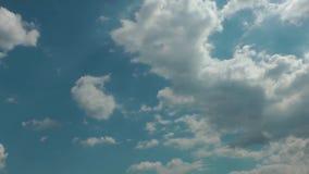Wolken, die in das blaue saubere Himmel-Time Lapse sich bewegen stock video