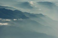 Wolken die de bergen van Korfu behandelen Stock Afbeeldingen