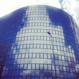 Wolken die in de moderne bureaubouw nadenken stock afbeelding