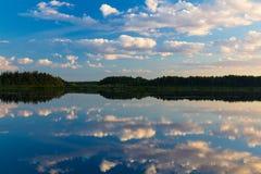 Wolken die in de rivier worden weerspiegeld stock foto