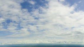 Wolken, die in den blauen Himmel sich bewegen stock video footage