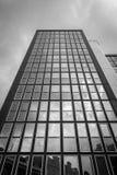 Wolken, die in den Fenstern sich reflektieren Lizenzfreie Stockbilder