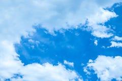 Wolken die door een zeer blauwe de zomerhemel overgaan Royalty-vrije Stock Afbeelding