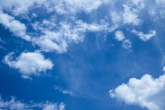 Wolken die door een zeer blauwe de zomerhemel overgaan Stock Afbeelding