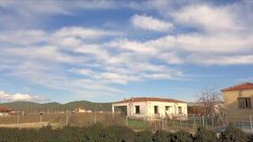 Wolken die door over verlaten huis overgaan stock footage