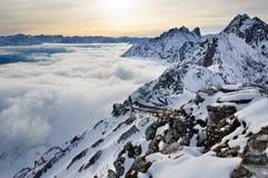 Wolken die door sneeuwbergen worden omringd Royalty-vrije Stock Foto's