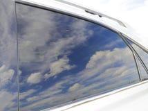 Wolken die in een Autoraam worden weerspiegeld Royalty-vrije Stock Afbeelding