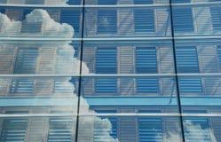 Wolken, die im modernen Bürogebäude sich reflektieren Lizenzfreie Stockbilder