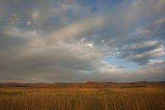 Wolken die langs de hemel over een heuveltop in Drakensberg Zuid-Afrika verzenden stock afbeelding