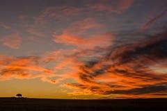 Wolken, die nach Sonnenuntergang rot glühen Stockbilder