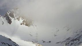 Wolken die over de bergen overgaan stock video