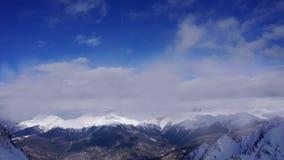 Wolken die over de berglandschap van de Kaukasus langzaam verdwijnen-uit vliegen Kan voor het sluiten van kredieten, titels worde stock footage