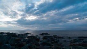 Wolken die over het overzees vliegen stock videobeelden
