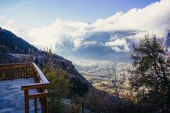 Wolken die rond bergen in de Franse Alpen stromen Royalty-vrije Stock Foto's