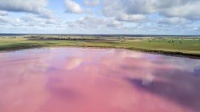 Wolken die in roze meer 02 nadenken royalty-vrije stock afbeelding