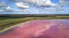 Wolken die in roze meer 03 nadenken stock foto