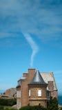 Wolken die uit een schoorsteen komen Stock Foto