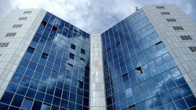 Wolken die venster van de bouw doorgeven stock footage