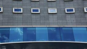 Wolken die in vensters worden weerspiegeld. Timelapse stock footage